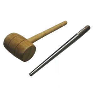 Lastra de hierro y martillo de madera